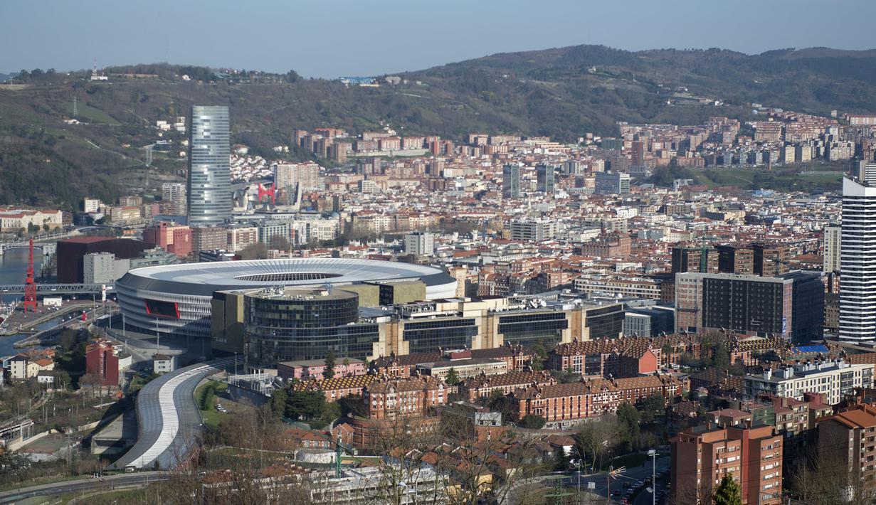 Pada gelaran Euro 2020 (Euro 2021), Spanyol mendapatkan kehormatan untuk menjadi salah satu tuan rumah. Uniknya, jika mayoritas negara mengirimkan perwakilan stadion ibu kota, Spanyol justru menggunakan stadion yang terletak di Kota Bilbao ini. (Foto: AFP/Ander Gillenea)