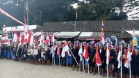 Ratusan anggota Suku Baduy Dalam dan Luar mengikuti upacara peringatan HUT ke-72 RI dengan membacakan ikrar kesetiaan kepada NKRI di lapangan Terminal Ciboleger, Kecamatan Leuwidamar, Kabupaten Lebak, Banten. (Liputan6.com/Yandhi Deslatama)