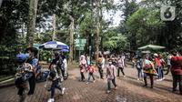 Wisatawan saat mengunjungi Taman Margasatwa Ragunan, Jakarta, Jumat (14/5/2021). Pemprov DKI Jakarta pada libur Lebaran 2021 membuka sejumlah tempat wisata, salah satunya Taman Margasatwa Ragunan. (merdeka.com/Iqbal S. Nugroho)