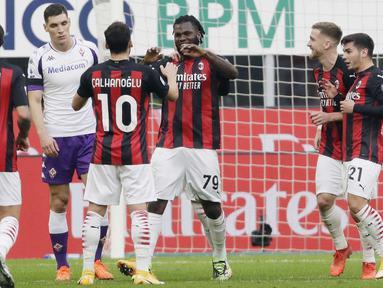 Pemain AC Milan, Franck Kessie, melakukan selebrasi usai mencetak gol penalti ke gawang Fiorentina pada laga Liga Italia di Stadion San Siro, Minggu (29/11/2020). AC Milan menang dengan skor 2-0. (AP/Luca Bruno)