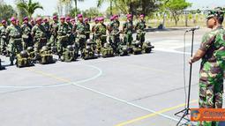 Citizen6, Surabaya: Danmenbanpur-1 Mar Kolonel Marinir M.Hari menerima 75 Personel Satgas SBJ LX Wakatobi di lapangan apel Yon Zeni-1 Mar Ksatrian Sutedi Senaputra Karangpilang Surabaya, Minggu (31/07). (Pengirim: Budi Abdillah)