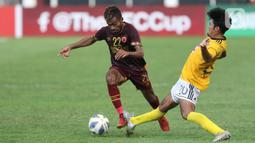 Pemain depan PSM Makassar, Yakob Sayuri (kiri) mencoba lolos dari adangan penyerang Kaya FC-Iloilo, Daizo Horikoshi pada lanjutan kualifikasi Grup H Piala AFC 2020 di Stadion Madya Gelora Bung Karno, Jakarta, Selasa (10/3/2020). Laga kedua tim berakhir imbang 1-1. (Liputan6.com/Helmi Fithriansyah)