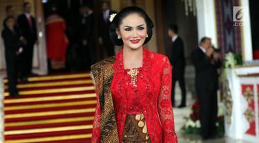 Sang Diva Indonesia, Krisdayanti menghadiri pelantikan anggota DPR RI di Kompleks Parlemen, Senayan, Jakarta, Selasa (1/10/2019). Di antara 575 anggota DPR terpilih, terdapat 14 artis yang menjadi wakil rakyat Indonesia. (Liputan6.com/Johan Tallo)