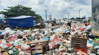 Tumpukan sampah di Pasar Pagi Arengka Pekanbaru karena terbatasnya truk pengangkut. (Liputan6.com/M Syukur)