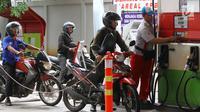 Pengendara antre untuk mengisi bahan bakar minyak (BBM) di SPBU Abdul Muis, Jakarta, Jumat (2/2). Kenaikan harga minyak dunia bisa turut berdampak kepada angka inflasi. (Liputan6.com/Angga Yuniar)