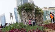 Anak-anak berjalan-jalan di area taman dekat Instalasi Gabion saat CFD di kawasan Bundaran Hotel Indonesia, Jakarta, Minggu (25/8/2019). Pengadaan Instalasi Gabion ini menggunakan Anggaran Pendapatan dan Belanja Daerah (APBD) Dinas Kehutanan DKI sebesar Rp 150 juta. (Liputan6.com/Helmi Fithriansyah)