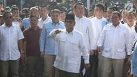 Calon Presiden no urut 02, Prabowo Subianto menyapa pendukungnya jelang menggunakan hak pilihnya pada Pemilu 2019 di TPS 041 Kampung Curug, Desa Bojong Koneng, Babakan Madang, Kabupaten Bogor, Jawa Barat, Rabu (17/4). Prabowo didampingi Fadli Zon. (Liputan6.com/Helmi Fithriansyah)