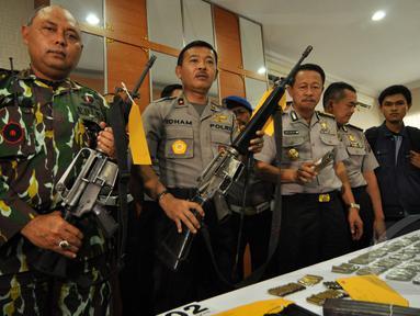 Polda Sulteng memperlihatkan barang bukti senjata di Polda Sulteng, Palu, Selasa (26/5/2015). Barang bukti ditemukan pasca baku tembak tim BKO Korps Brimob Kelapa Dua dengan kelompok sipil bersenjata pimpinan Santoso. (Liputan6.com/Dio Pratama)