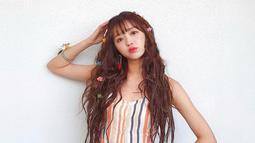YooA Oh My Girl terkenal akan wajahnya yang tampak seperti boneka. Idol kelahiran 1996 ini pernah berpartisipasi dalam program 'Hit The Stage' dan berhasil menampilkan kemampuan dance-nya yang memukau. (Liputan6.com/IG/@wm_ohmygirl)