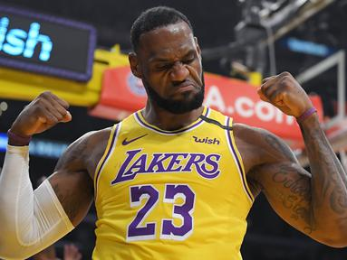 Pebasket Los Angeles Lakers, LeBron James, melakukan selebrasi usai memasukkan bola saat melawan New York Knicks pada laga NBA di Staples Center, Rabu (8/1/2020). LA Lakers  menang 117-87 atas Knicks. (AP/Mark J. Terrill)