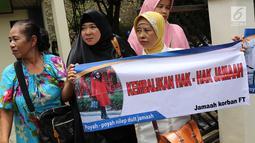 Korban dugaan penipuan First Travel menunjukkan spanduk di Pengadilan Negeri Depok, Jawa Barat, Senin (19/2). Tiga tersangka dalam kasus ini adalah Direktur Utama First Travel Andika Surachman.  (Liputan6.com/Immanuel Antonius)