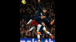 Duel udara antara Robin van Persie dan pemain Arsenal Mikel Arteta pada pertandingan sepak bola Liga Utama Inggris antara Arsenal dan Manchester United di Stadion Emirates di London pada 12 Februari 2014.(AFP/Ben Stansall).