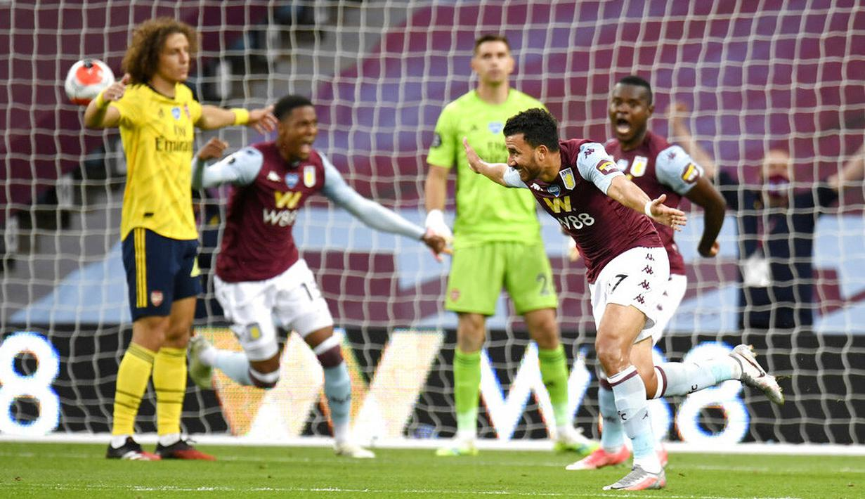 Pemain Aston Villa, Trezeguet, melakukan selebrasi usai membobol gawang Arsenal pada laga Premier League di Stadion Villa Park, Selasa (21/7/2020). Aston Villa menang 1-0 atas Arsenal. (AP Photo/Peter Powell,Pool)