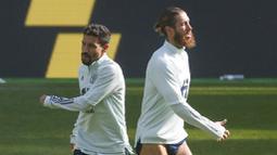 Pemain Spanyol, Sergio Ramos dan Jesus Navas saat sesi latihan jelang laga UEFA Nations League di Stadion Olimpiyskiy, Senin (12/10/2020). Spanyol akan berhadapan dengan Ukraina. (AP/Efrem Lukatsky)