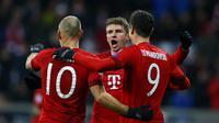 Robert Lewandowski (kanan) beroelukan dengan Arjen Robben dan Thomas Muller usai mencetak gol ke gawang Olympiakos di Allianz Arena, Rabu (25/11/2015) dini hari WIB. (REUTERS/Michael Dalder)