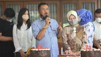 Komisaris PT Persib Bandung Bermartabat, Umuh Muchtar, merayakan hari ulang tahun ke-73, Rabu (2/6/2021). (Bola.com/Erwin Snaz)