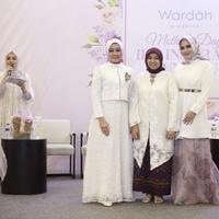 """Nurhayati Subakat, CEO Wardah dan Atalia Praratya Kamil, istri Ridwan Kamil dalam acara Wardah """"Ibu, Inspirasi Duniaku."""""""