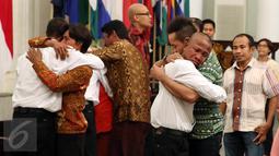 Suasana haru empat WNI anak buah Kapal Nathan 3 yang disandera perompak Somalia diserahterimakan kepada pihak keluarga di Kantor Kementerian Luar Negeri, Jakarta, Senin (31/10). (Liputan6.com/Johan Tallo)