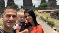 Bomber asing milik Barito Putera Aleksandar Rakic bersama keluarga. (Nandang Permana/Bola.com)