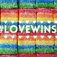 Kue, permen, buah, dan sayuran pelangi ini ikut merayakan kemenangan cinta bagi LGBT.