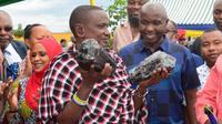 Laizer memegang batu berharga tanzanite- berencana membangun sekolah dan pusat perbelanjaan di komunitasnya. (Kementerian Mineral Tanzania)