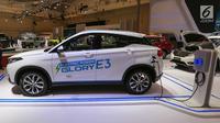 Mobil listrik DFSK Glory E3 dipamerkan dalam GAIKINDO Indonesia International Auto Show (GIIAS) 2019 di ICE BSD, Tangerang, Jumat (19/7/2019). Mobil dengan panjang 4385 mm dan lebar 1850 mm ini memiliki kemampuan jarak tempuh hingga 405 kilometer. (Liputan6.com/Fery Pradolo)