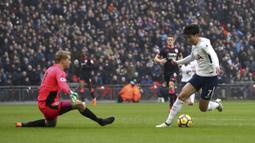 Aksi pemain Tottenham, Son Heung-Min mengecoh kiper Huddersfield pada laga Premier League di Wembley Stadium, London, (3/3/2018). Tottenham menang 2-0.(John Walton/PA via AP)