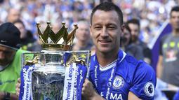 John Terry. Bek asal Inggris ini menjadi salah satu legenda Chelsea atas loyalitasnya selama 19 musim memperkuat Chelsea, mulai 1998/1999 hingga 2016/2017. Kepemimpinannya yang elegan mampu dilengkapi dengan ketajamannya yang mampu mencetak 67 gol dalam 713 laga. (Foto: AFP/Ben Stansall)