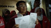Ketua DPP PSI Sumardy melaporkan pemasangan spanduk terkait LGBT yang mengatasnamakan PSI. (Merdeka.com/Ahda Bayhaqi)