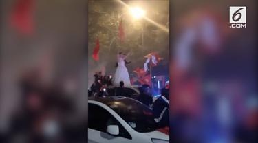 Penggemar tim nasional Vietnam rayakan kemanangan dengan mengenakan gaun pengantin. Vietnam juara Piala AFF 2018.