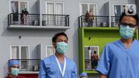 Pasien orang tanpa gejala (OTG) Covid-19 mengikuti senam pagi bersama tenaga medis dari atas balkon di Rumah Singgah Karantina Covid-19 Kabupaten Tangerang, Selasa (26/5/2020). Rumah singgah berkapasitas 100 orang, rutin melakukan senam pagi setiap hari pukul 08.00 WIB. (Liputan6.com/Fery Pradolo)