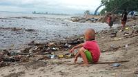Sampah membuat Pantai Padang berair hitam dan layaknya tempat pembuangan. (Foto: Liputan6.com/ Novia Harlina)