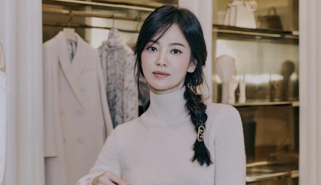 Di luar dramanya, Song Hye-Kyo selalu memukau dengan penampilannya. Misalnya saja di usianya ke-39 tahun tampilan wajahnya tetap fresh dengan makeup yang flawless dengan menggunakan lipstik warna coral. Dengan gaya rambut kepang satunya. Instagram @kyo1122