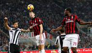Pemain AC Milan, Alessio Romagnoli menyundul bola yang berusaha direbut pemain Juventus, Sami Khedira pada lanjutan Serie A Italia di Stadion San Siro, Sabtu (28/10). Lewat Gonzalo Higuain, Juve memetik kemenangan dua gol tanpa balas. (AP/Antonio Calanni)