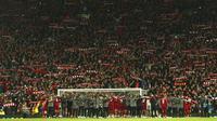 Para pemain Liverpool merayakan kemenangan atas Barcelona pada laga semifinal Liga Champions 2019 di Stadion Anfield, Selasa (7/5). Liverpool menang 4-0 atas Barcelona. (AP/Dave Thompson)