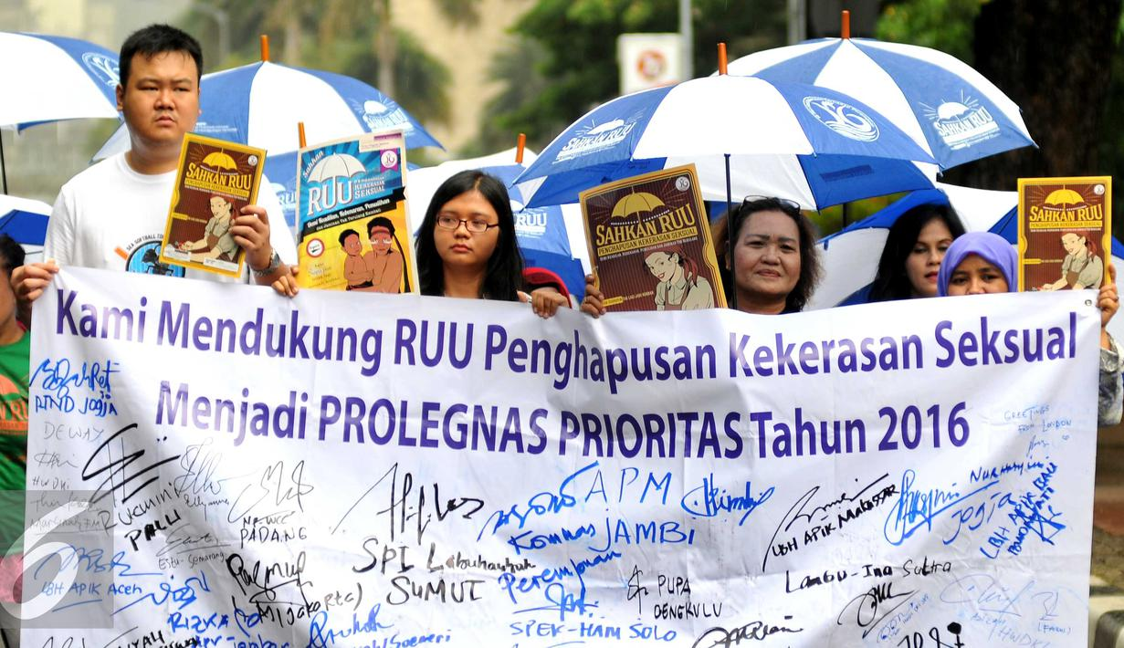 Aliansi masyarakat tolak kekerasan seksual beraksi di patung kuda, Jakarta, Selasa, (8/12). Dalam aksinya tersebut mendukung RUU penghapusan-KS untuk menjadi pembahasan dalam program Legislasi DPR RI tahun 2016. (Liputan6.com/Gempur M Surya)