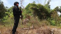 Personel Brimob berjaga di Dusun Lewono, Desa Lembantongoa, Kabupaten Sigi pascaserangan kelompok MIT, Minggu (6/12/2020). (Foto: Heri Susanto/ Liputan6.com).
