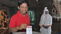 Warga Randusari memberikan hak pilihnya di TPS 'Hantu' yang ada di TPU Bergota Semarang. (KRJogja.com/Chandra AN)