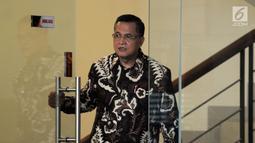 Senior Vice President Legal Corporate PT PLN Dedeng Hidayat usai menjalani pemeriksaan oleh penyidik di Gedung KPK, Jakarta, Rabu (15/5/2019). Dedeng diperiksa sebagai saksi terkait kasus dugaan suap proyek pembangunan PLTU Riau-1. (merdeka.com/Dwi Narwoko)