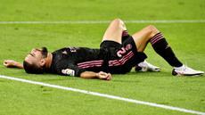 Bek Real Madrid, Dani Carvajal, tampak lesu usai gagal menang saat melawan Real Sociedad pada laga Liga Spanyol di Stadion Anoeta, Minggu (20/9/2020). Kedua tim bermain imbang 0-0. (AP/Alvaro Barrientos)