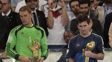 Lionel Messi (kanan) tertunduk lesu usai mendapat trofi Golden Ball di Piala Dunia 2014, Brasil, Senin (14/7/14). (AFP PHOTO/Juan Mabromata)