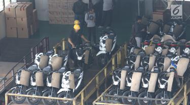Pekerja merapikan susunan sepeda motor yang akan didistribusikan ke dealer di gudang penyimpanan sepeda motor di Jatake, Tangerang, Banten, Kamis (11/7/2019).  Wahana Distribution Center dengan kapasitas 2.700 unit mendistribusikan sepeda motor untuk wilayah Tangerang. (Liputan6.com/Angga Yuniar)