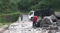 Truk terjebak aliran sungai yang membawa material lahar dingin Gunung Semeru (Dian Kurniawan/ Liputan6.com)