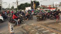 Kendaraan melintasi jalur putar balik yang juga merupakan perlintasan sebidang di kawasan Tanjung Barat, Jakarta, Kamis (19/12/2019). Mulai Sabtu (21/12) mendatang, jalur putar balik itu akan ditutup, terkait proyek pembangunan flyover di kawasan tersebut. (Liputan6.com/Immanuel Antonius)