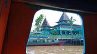 Masjid bersejarah Sultan Suriansyah yang bisa dilihat saat wisata susur sungai ke Pasar Kembang. Foto diambil menggunakan Oppo F5 (Liputan6.com/Novi Nadya)