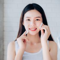 Jangan dibiarkan terlalu lama, sekarang saatnya melakukan perawatan yang tepat untuk mempertahankan glowing skin dengan memilih pembersih wajah yang tepat seperti POND'S Vitamin Micellar Water.