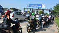 Namun sebaliknya, arus pemudik dari Pelabuhan Merak, Banten menuju Bakauheni, Lampung Selatan masih terus mengalir.