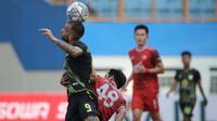 Pemain Barito Putera, Aleksandar Rakic (kiri) mengontrol bola dibayangi pemain PSM Makassar, Arfan dalam laga pekan ke-5 BRI Liga 1 2021/2022 di Stadion Wibawa Mukti, Cikarang, Senin (27/9/2021). Barito Putera menang 2-0. (Bola.com/Ikhwan Yanuar)