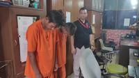 Dua tersangka pencuri baut Jembatan Siak IV Pekanbaru di Polda Riau. (Liputan6.com/M Syukur)