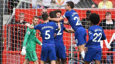 Selebrasi gol Chelsea pada laga lanjutan Premier League yang berlangsung di Stadion Stamford Bridge, London, Minggu (29/4). Chelsea imbangi Man United 1-1. (AFP/Paul Ellis)